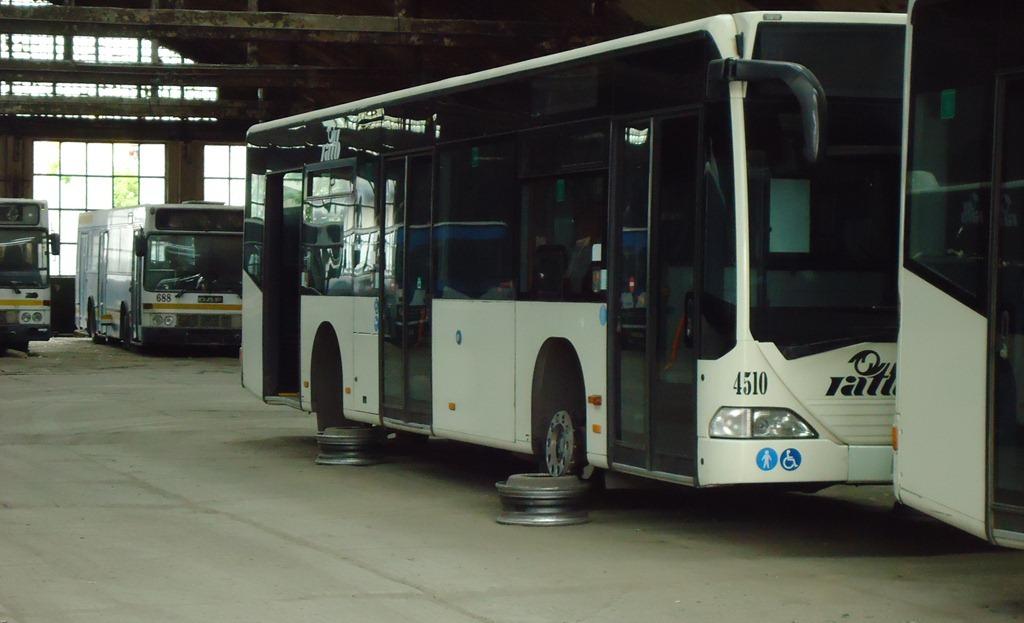 Sute de autobuze Mercedes sunt trase pe dreapta deoarece nu sunt piese de schimb pentru ele