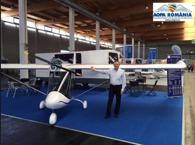 Radu Berceanu și avionul său ultraușor, SWAN. Credit foto: aopa.ro
