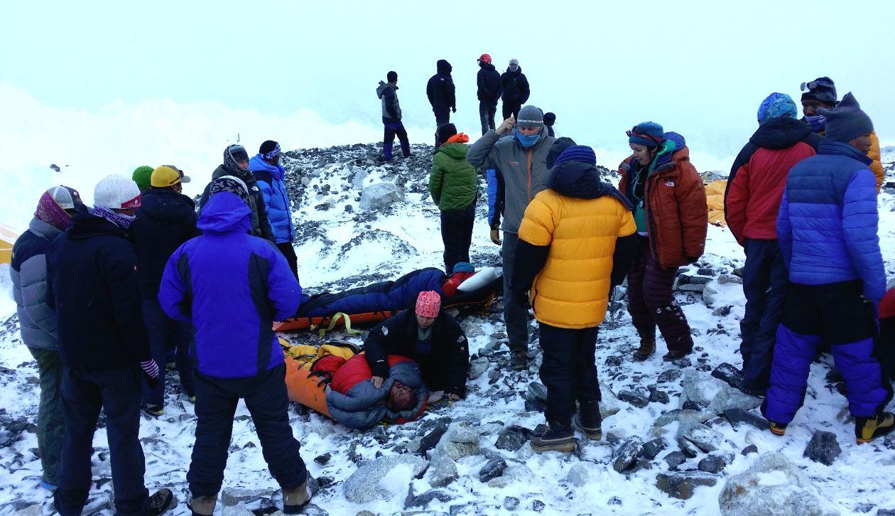 Zeci de alpiniști și-au pierdut viața sau au fost răniți grav în urma unei avalanșe de zăpadă, provocată de seism, pe vârful Lhotse (8.516 m)