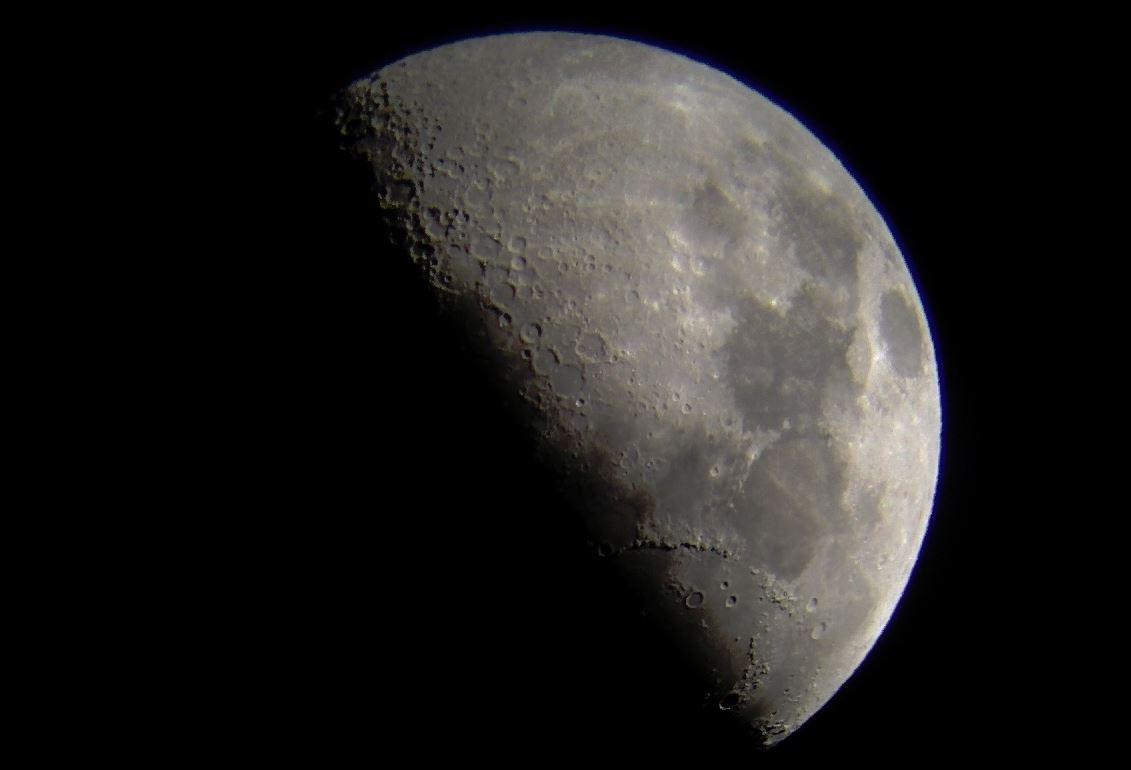 Luna, în faza de Primul Pătrar (21-22 septembrie 2015)