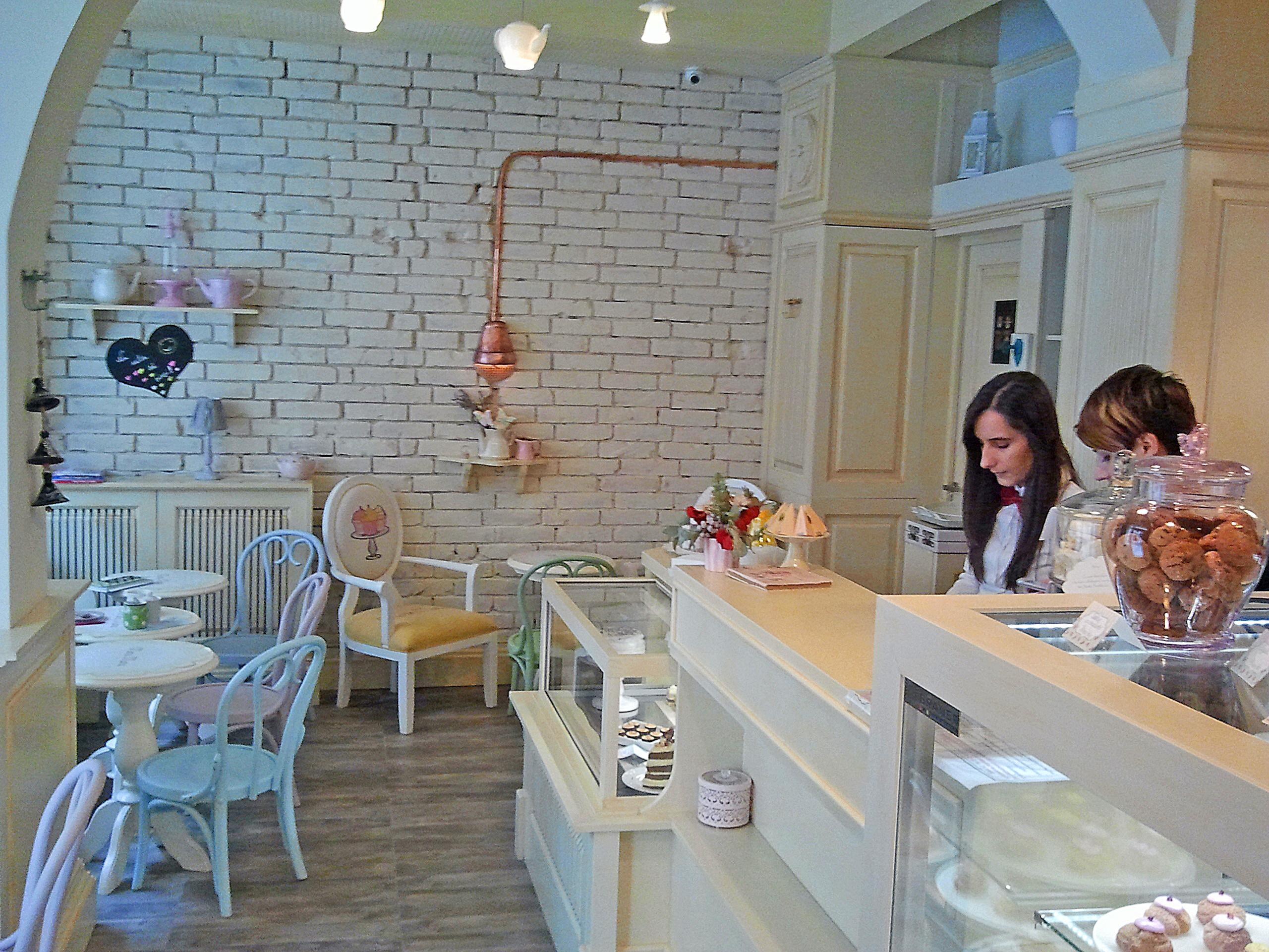 Interiorul te îmbie să petreci ceva timp la o cafea. foto: danbrumar.ro