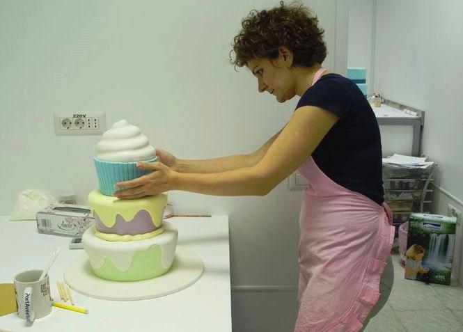 Cristina Voicu deține un laborator de prăjituri. Dulciurile le vinde și în cofetăria la care e asociată cu Daciana Sârbu. Credit foto: foodstory.stirileprotv.ro