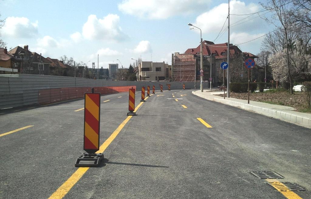 Pe bulevardul Eroilor traficul poate fi reluat, însă doar dacă e deviat prin Eroii Sanitari (la dreapta). Foto: danbrumar.ro