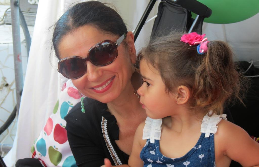 Mary Coustas e fosrte mândră de fiica ei Jamie. S-a străduit zece ani ca să o aducă pe lume. Foto: danbrumar.ro
