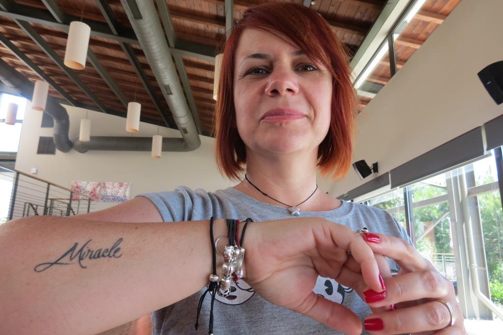 Irina poartă zi de zi miracolul cu ea. Pe antebraț. Foto: danbrumar.ro