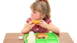 Până și copiii au prins gustul mâncării de tip fast-food și strâmbă din nas când vine vorba de fructe. Credit foto: Shutterstock