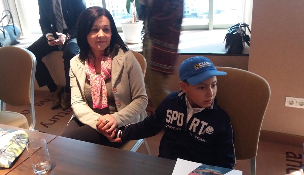 Bogdan Daniel Tatu, 9 ani, împreună cu asistentul social Dana Prescurea